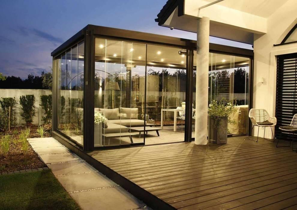 Prekrytá terasa so záhradným nábytkom