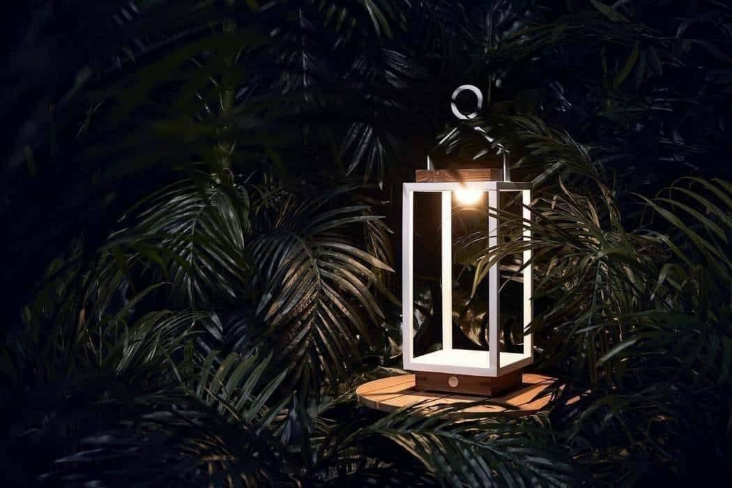 Biely lampáš - štýlový doplnok do záhrady i na terasu