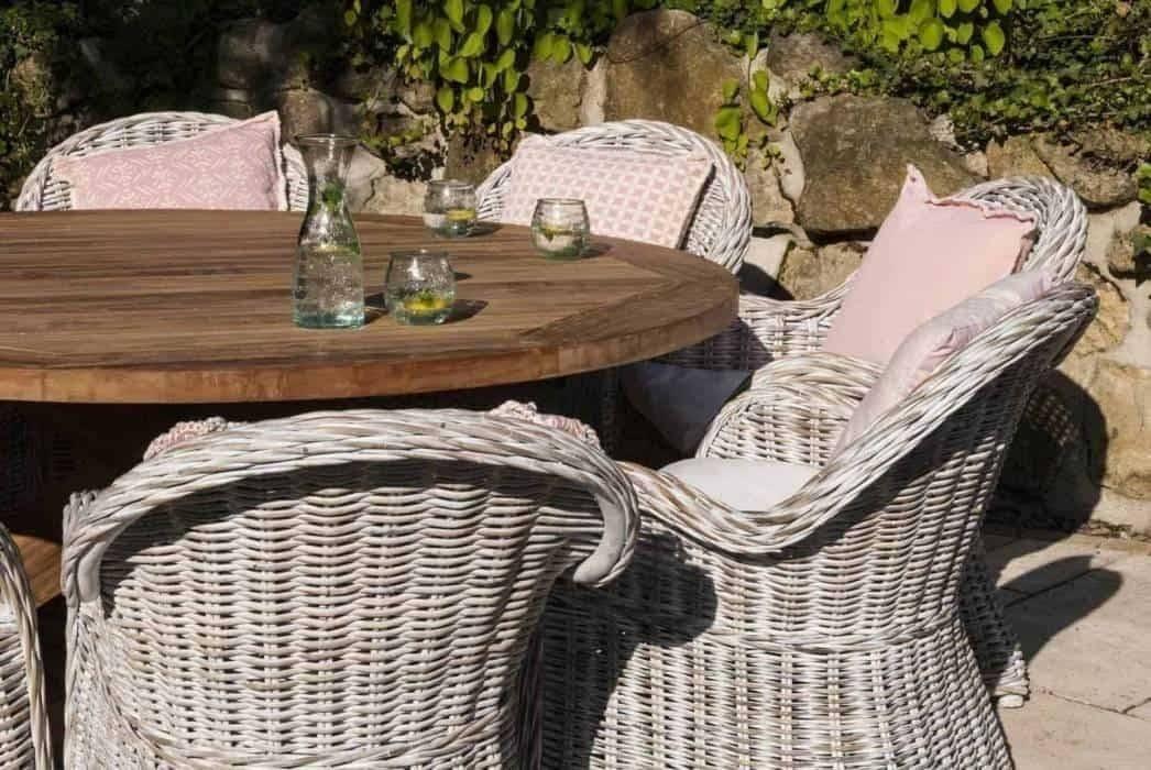 Drevený záhradný nábytok - prírodné a pevné vybavenie do vašej záhrady